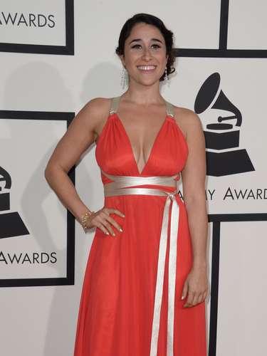 Evan Roman lució muy femenina y sensual en este vestido color salmón con lazos dorados.