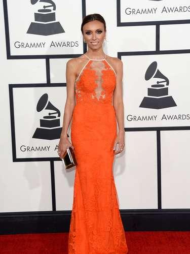 Encantadora, así se puede definir el look de Giuliana Rancic quien se arriesgó a usar un tono no convencional: el mandarina.