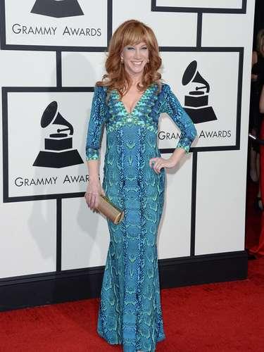 Kathy Griffin también simuló la piel de culebra con un estampado en todo su traje color azul aguamarina.