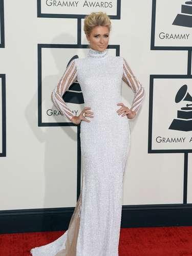 Paris Hilton impecable. Su aparición por la alfombra roja fue descrestante y brilló con este espectacular vestido largo en color blanco.