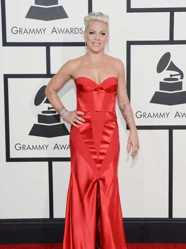 Pink se vistió de rojo pasión y demostró que continúa teniendo una figura envidiable.