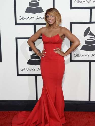 Tamara Braxton llamó la atención con este vestido rojo que resaltó su color de piel y definió a la perfección sus adorables curvas.