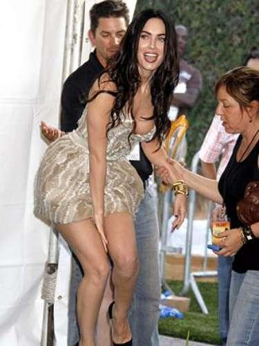 Megan Fox estuvo atenta y no dejó que su falda se levante mucho.