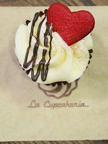 Cupcake de La Cupcakería. En lugar de las tradicionales rosas, ¿por qué no le obsequias un lindo y sabroso cupcake con un tierno corazón?