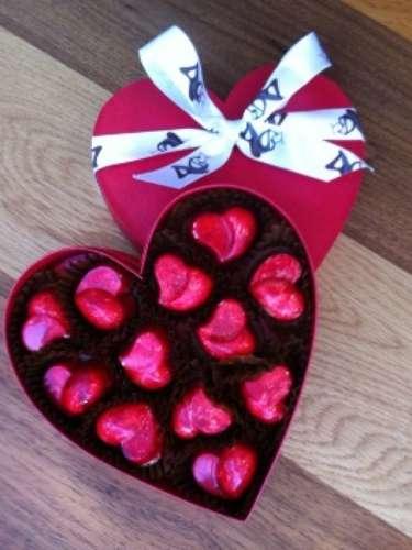Caja de chocolates de Fuga Chocology. Esta caja en forma de corazón contiene 12 deliciosos chocolates rellenos de frutos del bosque.