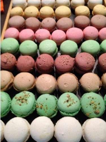 Macarons de Da Silva. Estas exquisitas galletas francesas están rellenas de avellana, chocolate, pistache, fresa y más. Regálale una caja y la harás enamorarse aún más de ti.