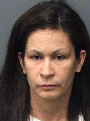 Andrea Michelle Cardosa, detenidaen Perris, California; después de que se le acusara de haber tenido sexo con una estudiante. La alumna fue abusada cuando tenía entre 12 y 14 años por su entrenadora de basquetball y recientemente colgó un video un YouTube. En el video se ve se ve hablando la maestra después de lo sucedido. La víctima hoy tiene 28 años.