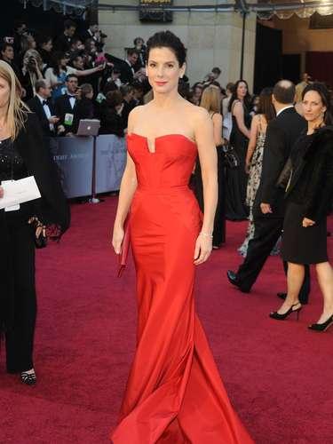 El año siguiente, Bullock volvió a apostar porMarchesa. Esta vez, en rojo, elcolor digno de una estrella de Hollywood. La actriz se firmó como una de las más elegantes de la edición 2011.
