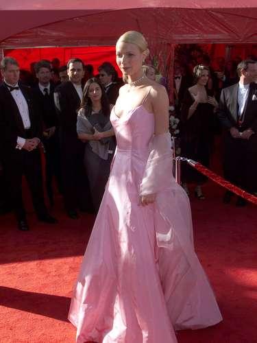 El vestido rosado Ralph Lauren de Gwyneth Paltrow en 1999 es uno de los looks más memorables de la historia fashion de los Oscar.