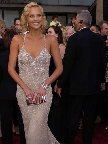 No se puede hacer una lista de las mejor vestidas sin recordar el Gucci de Charlize Theron en 2004. La sudafricana, que incorporó todo el glamour de la era dorada de Hollywood, lució aún más bella al conquistar la estatuilla a Mejor Actriz por su papel de la asesina en \