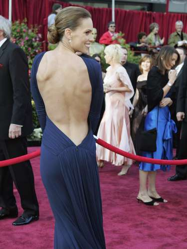 Hilary Swank es otra actriz que grabó su nombre en los Oscar 2005. El vestido Laroche azul con la espalda al descubierto es uno de los modelos más sexy de todas las ediciones.