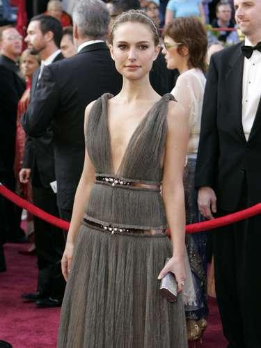 Fuerte y suave al mismo tiempo, Natalie Portman invocó a una moderna Audrey Hepburn en su vestido Lanvin en la edición de 2005.