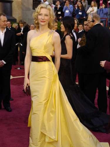 Cate Blanchett causó revuelo en el mundo de la moda con su Valentino de tafetán de seda amarillo en la 77ª edición de los Oscar, en 2005. La revista Cosmopolitan consideró la prenda como uno de los mejores vestidos de todos los tiempos.