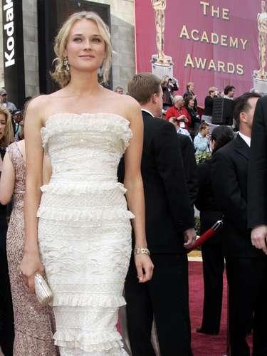 Diane Kruger nunca se equivoca cuando se trata de impresionar en la alfombra roja y el vestido blanco Elie Saab que usó en 2006 no fue la excepción. Los delicados volados crearon una silueta exuberante y el cabello despeinado evitó que la actriz alemana se pareciera con una novia.