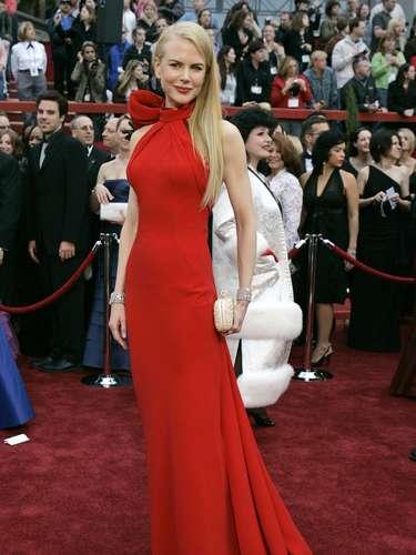 Una década después, sin Tom Cruise y aún más bella, mostró toda su elegancia en un vestido rojo de Balenciaga con la espalda al descubierto:dramático y espectacular.
