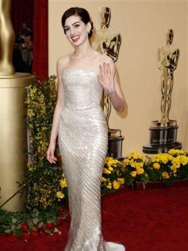Será difícil para Anne Hathaway superar este brillante y perfectamente ajustado vestido Armani Privé que lució en 2009.