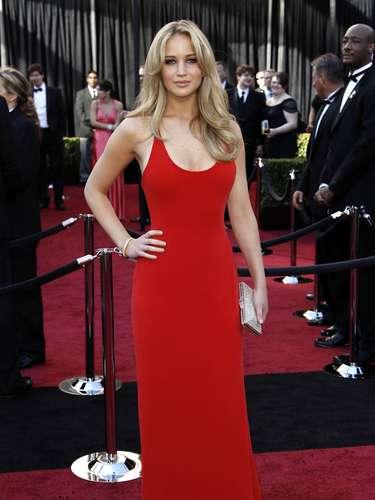 El vestido rojo de Calvin Klein que vistió Jennifer Lawrence en 2011 también es inolvidable. El relajado estilo de peinado complementó con perfección el estilo Jessica Rabbit de la joven estrella.