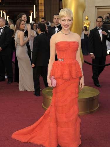 Seis años después, Michelle Williams volvió a brillar en la alfombra roja de los Oscar 2012. El vestido rojo péplum de Louis Vuitton acentuó la silueta de la actriz.
