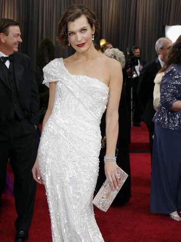 Milla Jovovich deslumbró al público de los Oscar 2013 con este vestido blanco de lentejuelas de Elie Saab.