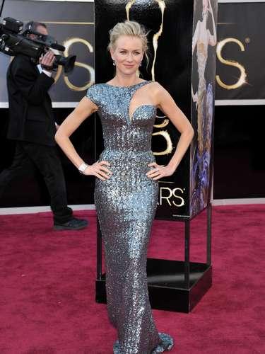 Nominada a Mejor Actriz en los Oscar 2013, Naomi Watts brilló en la alfombra roja con un vestido Armani Privé y zapatos Jimmy Choo. La australiana fue elegida como una de las más elegantes de la noche.