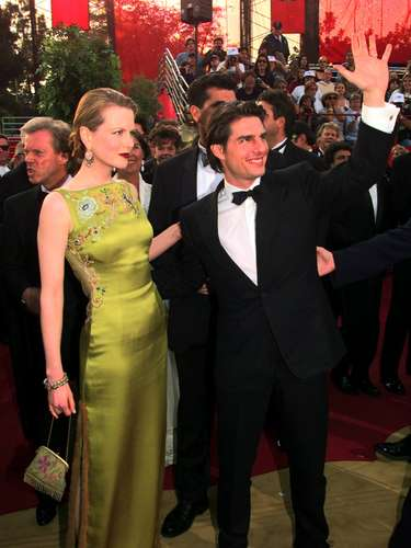 Nicole Kidman, de la mano de su entonces marido Tom Cruise, caminó por la alfombra roja del Oscar 1997 con estilo y gracia, haciendo alarde de su vestido Dior de inspiración asiática firmado por John Galliano.
