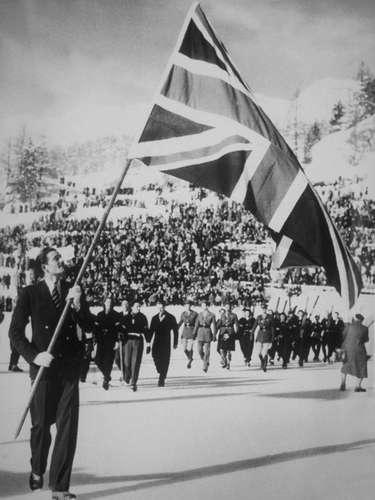 St. Moritz, en Suiza, albergó el evento en 1948, dado que la ciudad no se había visto afectada por la Segunda Guerra Mundial, a causa de la neutralidad del país. Un total de 28 países compitieron aunque los deportistas de Alemania y Japón no fueron invitados tras la guerra. Durante los Juegos se produjo el robo de la bandera Olímpica que se había utilizado por primera vez en los Juegos Olímpicos de Amberes 1920.