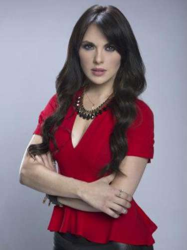 Elena Serrano (Vanessa Villela) Es sobrina de Mónica, quien la crió desde que era una niña. Es una mujer fría, calculadora y muy ambiciosa, capaz de todo para lograr sus propósitos.