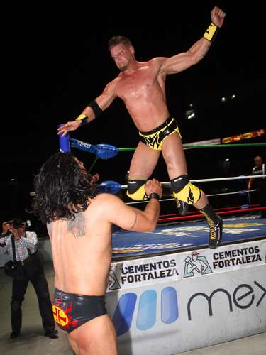 La Arena México vivió una vibrante noche, donde Shocker en compañía de Terrible y Euforia pasaron sobre Rush, Marco Corleone y Atlantis.