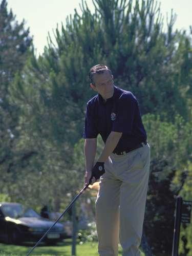 El expresidente del Gobierno, jugando al golf, una de las aficiones en las que se refugió en los últimos años de su vida.