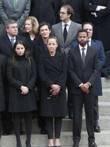 Alejandra ha seguido la salida del féretro de su abuelo del Congreso junto a sus tías Sonsoles y Laura, ésta última situada en la fila posterior