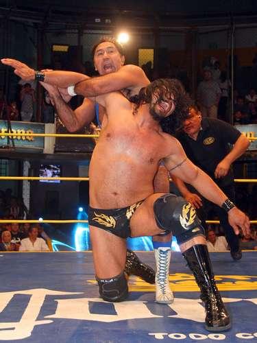 En la segunda lucha, Súper Porky, Máximo y Blue Panther se llevaron el triunfo sobre los rudos Terrible, Rey Bucanero y Rey Escorpión por la vía de la descalificación.