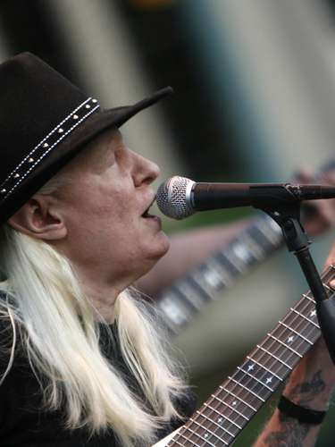 Johnny Winter. Una de las leyendas de Woodstock, falleció el miércoles 16 de julio de 2014en Zúrich (Suiza) a los 70 años, se anunció en su página oficial de Facebook.