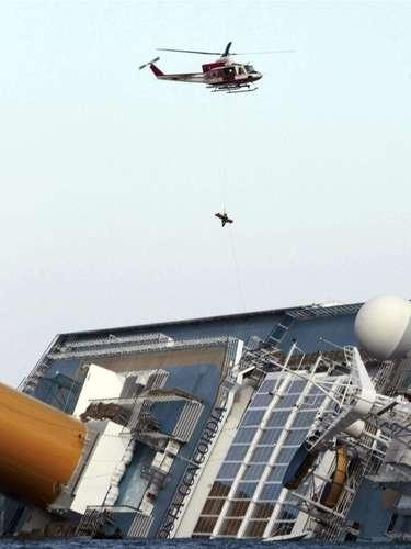 Los heridos fueron trasladados por ferry y helicóptero al hospital más cercano para que recibieran atención de emergencia.