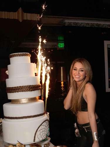 También figura en el puesto 89 de las 100 mujeres más sexy del 2010 según el site FHM. Aquí se la ve celebrando sus 18 años.