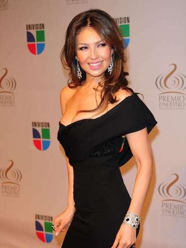 Thalía - Se vienen los Premios Lo Nuestro A La Música Latina y para ir calentando el ambiente te traemos los escotes más llamativos  y sensuales que han llevado las espectaculares féminas a través de los años en su paso por la alfombra roja en la gran fiesta de la música latina.
