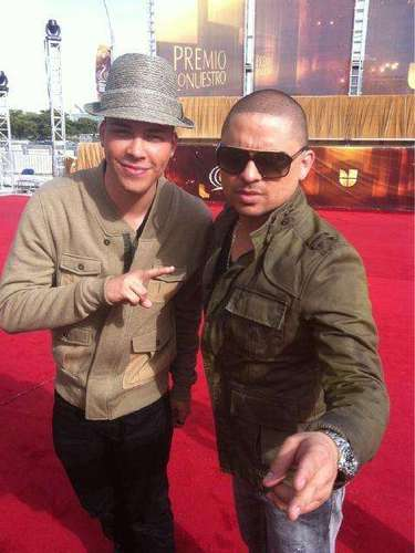 Prince Royce and Larry Hernández on the red carpet.