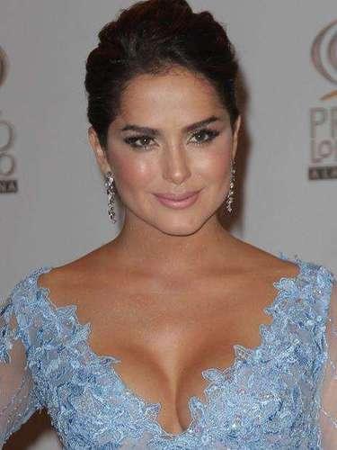 Danna García le dio un toque sexy a su elegante atuendo.