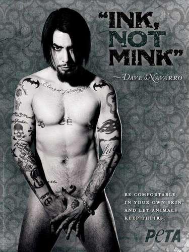 Dave Navarro, estrella de rock estadounidense, ex guitarrista de Janes Addiction. Peta sigue desnudando a los famosos. Esta vez con la campaña Tinta, no mink, les quitó la ropa a los artistas tatuados que mostraron sus cuerpos por el bien de los visones.