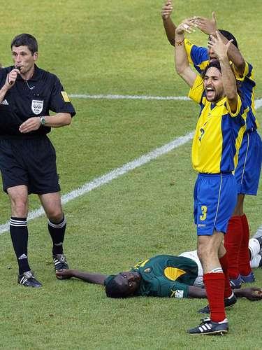 El 26 de junio de 2003, Camerún y Marc Vivien Foé disputaron la semifinal de la Copa Confederaciones ante Colombia, En el minuto 72 del partido Foé se desplomó en el círculo central. Jairo Patiño jugador de la Selección Colombiana fue el primero en acudir en su ayuda. Después de los intentos de los paramédicos por reanimarlo en el terreno de juego, fue sacado del campo en una camilla, donde recibió reanimación boca a boca y oxígeno. Los médicos intentaron reanimar su corazón durante 45 minutos, y aunque él todavía estaba vivo a su llegada al centro médico del estadio, murió poco después a pesar de los esfuerzos por salvar su vida. Una primera autopsia no determinó la causa exacta de la muerte, pero una segunda autopsia concluyó que la muerte de Foé estuvo relacionada con el corazón (ataque cardiaco) como lo descubrió evidencia de miocardiopatía hipertrófica, una condición hereditaria conocida por aumentar el riesgo de muerte súbita durante el ejercicio físico.