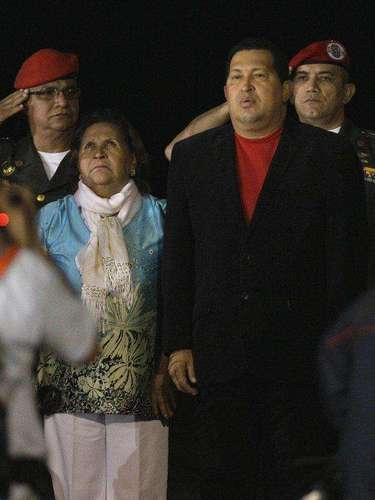 Su madre, sin duda, fue una de las figuras más importantes en su vida. Esta es una postal habitual. Hugo Chávez acompañado de su madre durante actividades oficiales. Elena Frías se dedicó a la docencia después de criar a sus hijos. Una nota publicada por el diario El País de Uruguay dice que Frías era sobreprotectora con su hijo y que pensaba que su hijo \
