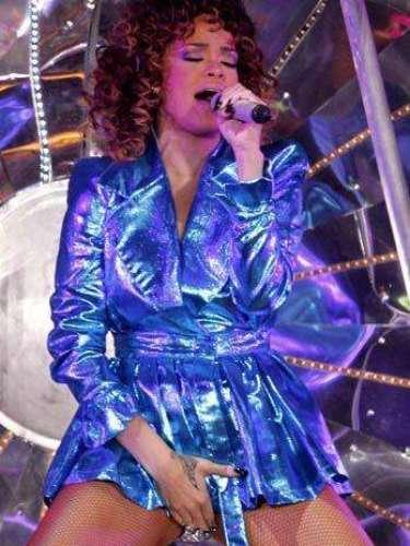 La cantante de Barbados, durante su actuación en el Palau Sant Jordi en Barcelona, confirmó que no tiene pudor y una vez más acarició sus partes íntimas subiendo la temperatura de la noche.