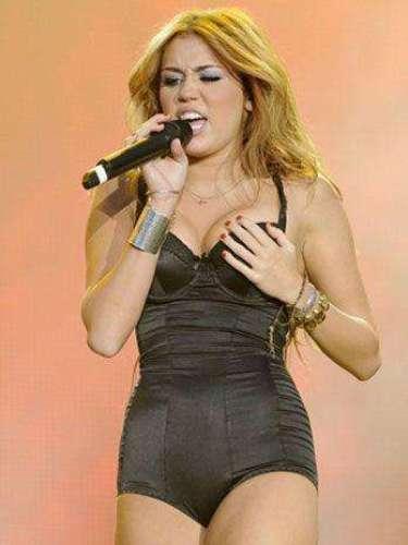 En pleno concierto,Miley Cyrus chequeóque sus \