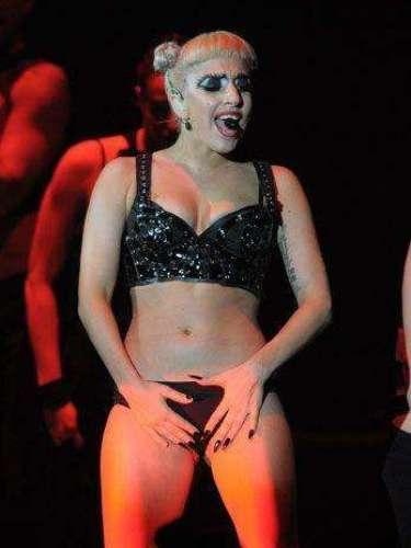 En un show, Lady Gaga se arregla sus cortos modelitos con ambas manos, ante la mirada atónita del público.