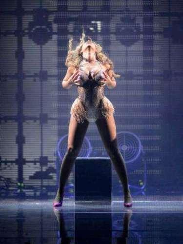 Beyoncé, algunas veces, acaricia sensualmente su anatomía, un comportamiento que deja mucho que desear.