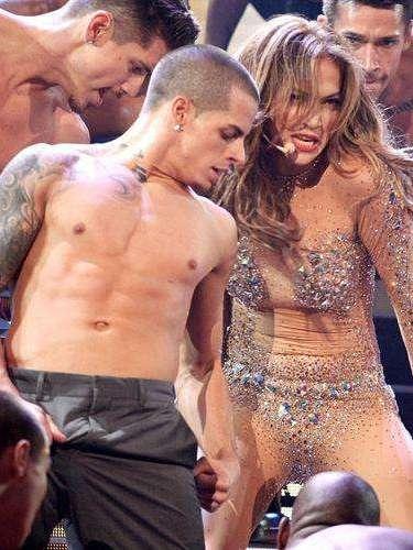 Casper Smart. La nueva pareja de Jennifer Lopez se convirtió en toda una celebridad de Hollywood luego de iniciar su romance con la cantante. El bailarín es un joven admirado por su sensualidad y masculinidad, algo que fue cuestionado hace pocos días por un excompañero de Casper, Joshua Lee Ayers, quien  aseguró que  el joven es gay y que simplemente utiliza a JLo. para obtener fortuna y fama.