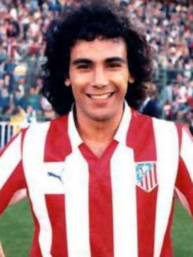 Hugo was always a predator in the area. He had great technique and touch with his left, scoring various scissor and bicycle kicks. After winning the title with Pumas and a brief spell with the San Diego Soccers in the US, he was transferred to Atletico Madtrid for the 1981-1982 season, when he won the Pichichi (individual scoring title).