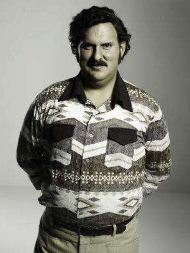 """Desde muy pequeño recibió los consejos de su madre, palabras que marcaron su vida para siempre. Su ambición lo llevó hasta los límites más inesperados desde su juventud. """"Si cuando cumpla 25 años, yo no tengo un millón de pesos en el bolsillo... me mato. Me pego un tiro, ¿me oyeron bien?"""", dijo Pablo Escobar, a sus amigos. (Continúa en la siguiente imagen)."""