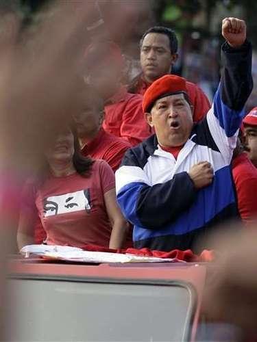 Sin embargo, aun está muy lejos del Chávez enérgico y casi incansable que se observaba antes de que fuera intervenido en Cuba en junio del 2011 para extirparle un tumor en la zona pélvica y en febrero pasado, cuando le extrajeron otra lesión cancerígena en la misma zona. Nunca informó exactamente qué tipo de cáncer ni qué órganos fueron afectados.