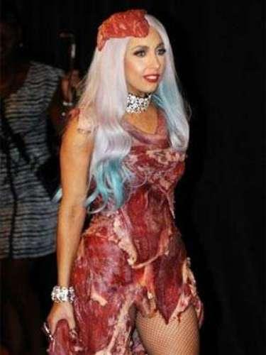 Lady Gaga acostumbró al público a sorprenderlos con sus excentricidades tanto en el escenario como fuera de él. Se enfrentó a la asociación protectora de animales en 2009 cuando se atrevió a asistir a unos premios con un vestuario hecho de carne cruda. A esto se le suma que le gusta el alcohol e incluso, hay rumores de que mantiene una lucha contra el uso de las drogas.