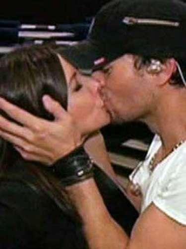 Enrique Iglesias tampoco siente remordimiento de haber probado los labios de más de una periodista y conductora durante las muchas entrevistas y programas en los que ha participado. Como ocurrió en el show \